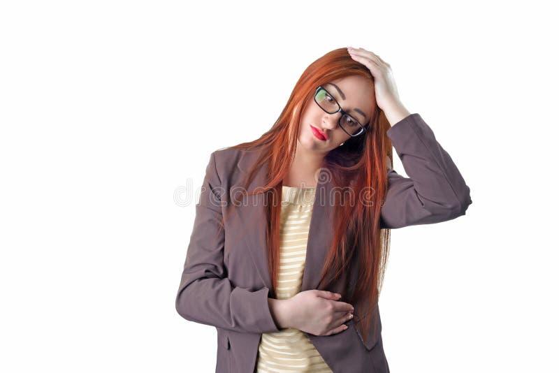 有握她的手的头疼的年轻红头发人女商人对t 免版税库存图片