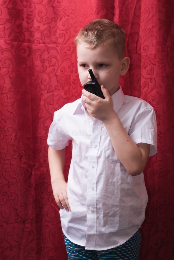 有携带无线电话的男孩, 库存图片
