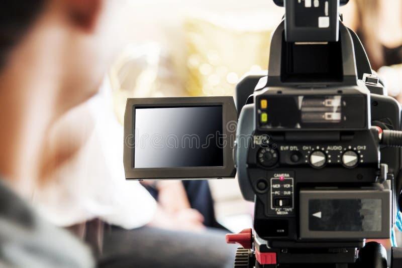 有摄象机的被弄脏的人 免版税库存图片