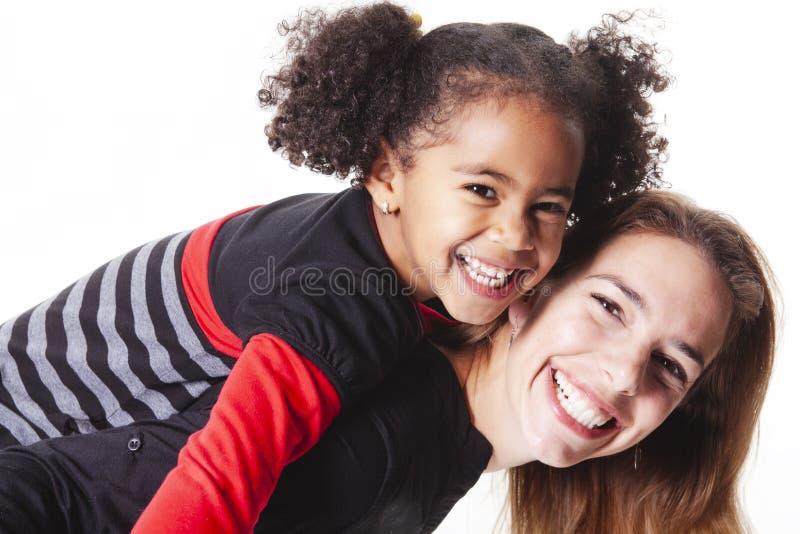 有摆在一个白色背景演播室的女孩孩子的一个家庭母亲 免版税库存图片