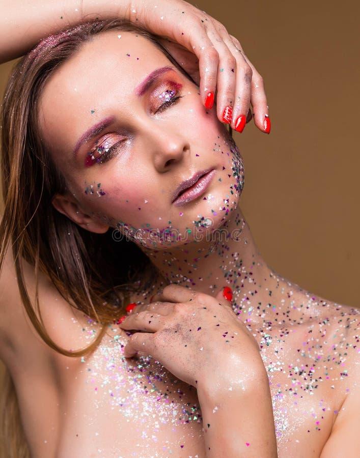 有摆在与接近的眼睛的时髦闪烁构成的时装模特儿妇女 图库摄影