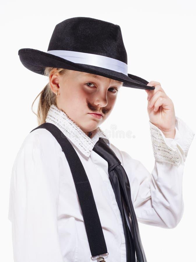 有摆在作为匪徒的帽子的小女孩 免版税图库摄影