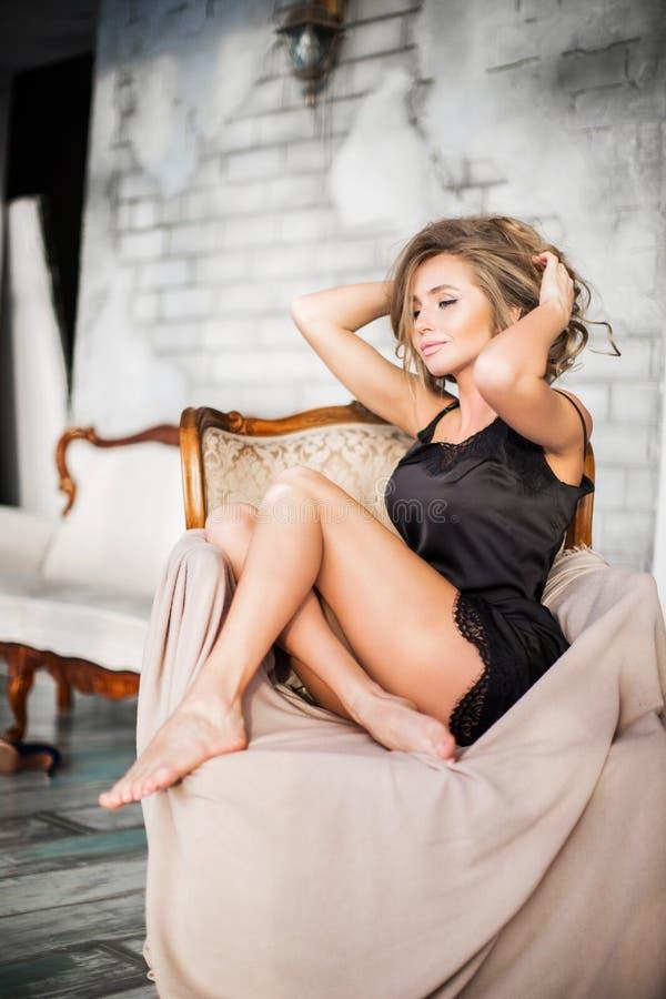 有摆在女用贴身内衣裤的完善的亭亭玉立的身体的肉欲的妇女 免版税库存照片