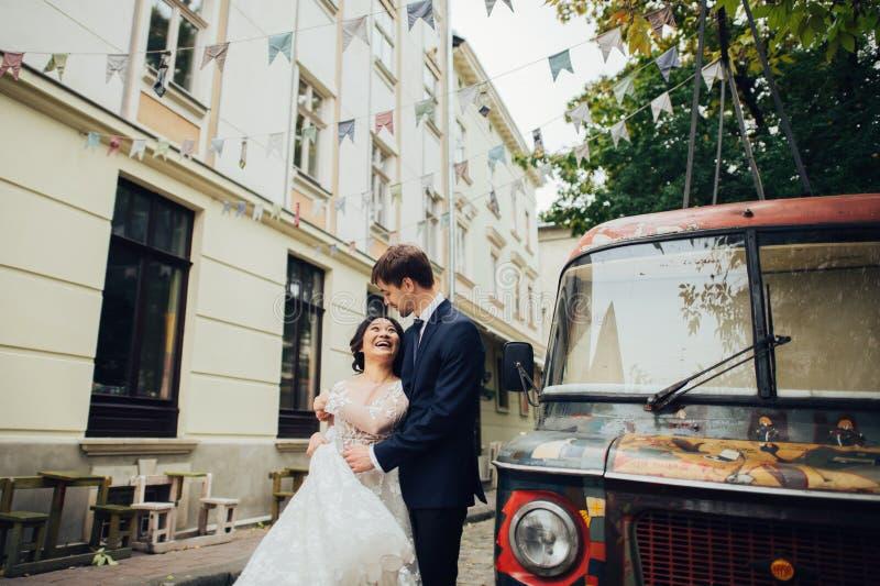 有摆在婚礼之日的新娘的新郎 库存图片