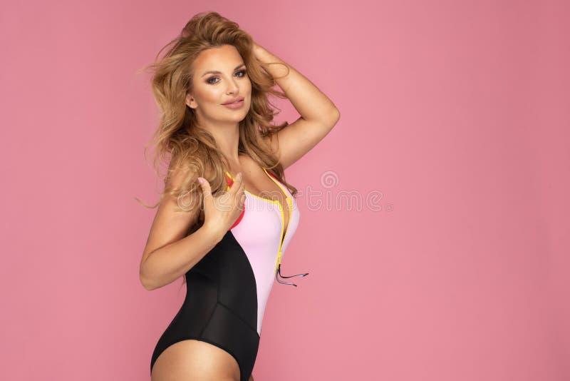 有摆在泳装的完善的身体的可爱的长发美女 库存照片