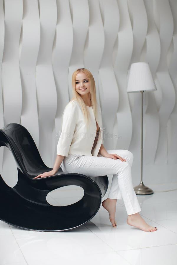 有摆在演播室的长的头发和魅力构成的白肤金发的性感的美丽的女孩 库存图片
