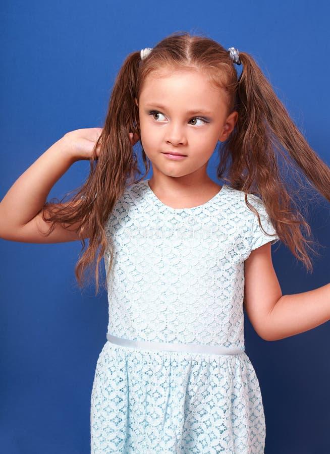 有摆在bri的时尚礼服的长的头发的美丽的孩子女孩 库存照片