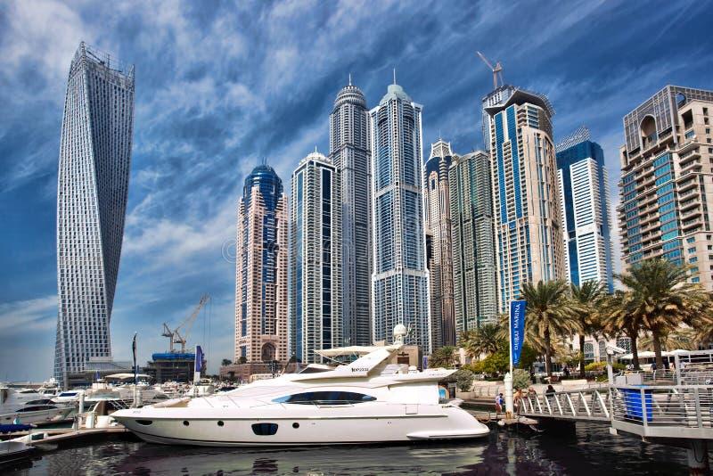 有摩天大楼的在晚上,迪拜,阿联酋迪拜小游艇船坞 库存图片