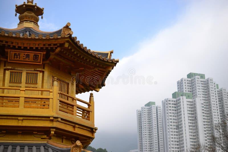 有摩天大楼的金黄亭子在南Lian庭院,香港里 免版税库存图片