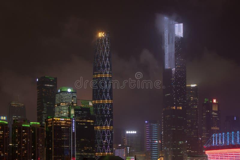 有摩天大楼的(广州)夜现代城市 城市大厦在晚上发光 商业中心的高塔发光 库存照片