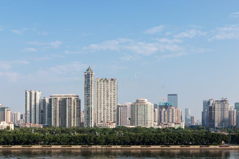有摩天大楼的(广州)夜现代城市 城市大厦,河上的桥,驾驶在桥梁的汽车 免版税库存照片