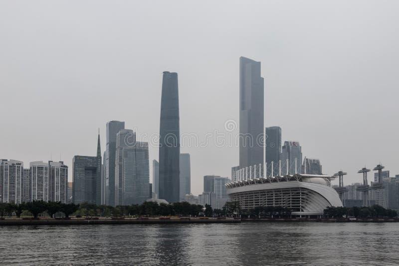 有摩天大楼的(广州)夜现代城市 城市大厦,河上的桥,驾驶在桥梁的汽车 图库摄影