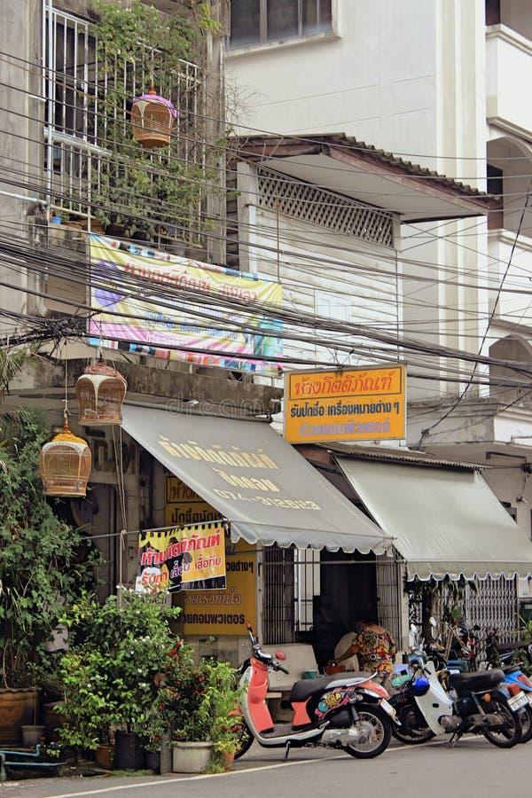 有摩托车夫妇的通常亚洲街道  免版税库存图片