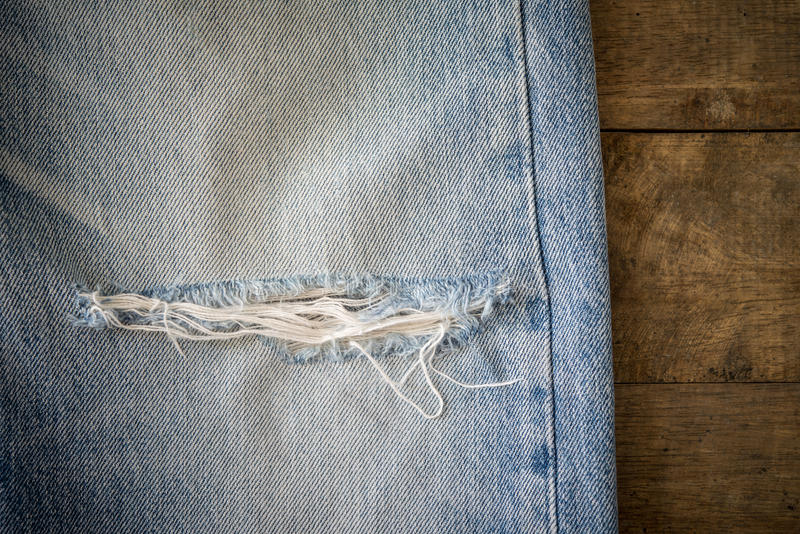 Download 有撕毁的老蓝色牛仔裤在木背景 库存照片. 图片 包括有 抽象, backarrow, 偶然, 衣物, 衣裳 - 62529806