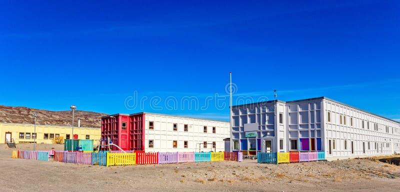 有操场和五颜六色的市分的现代格陵兰幼儿园 免版税库存照片