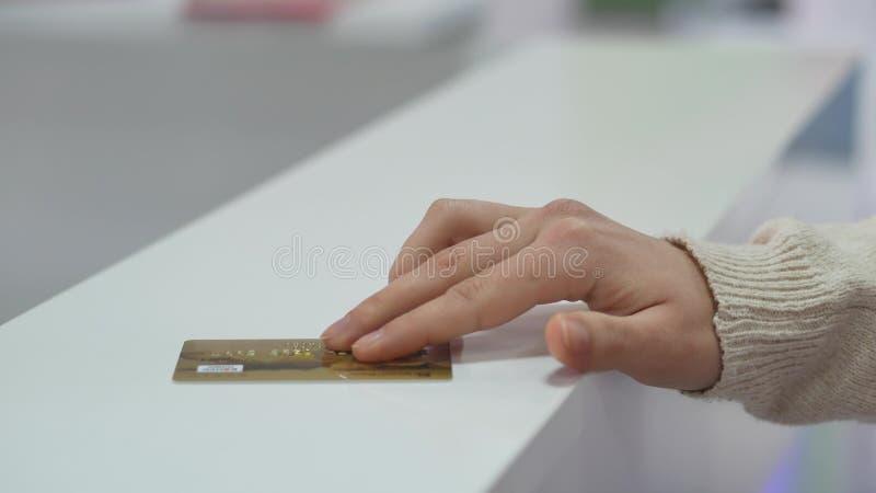 有支付在商店的信用卡的女性手 免版税库存照片