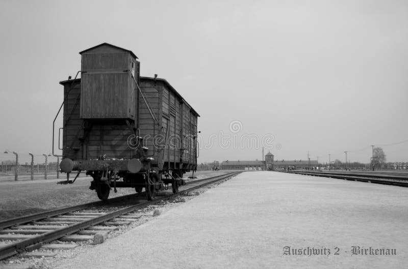 有支架的铁路平台,在奥斯威辛集中营的教练 读奥斯威辛2 -比克瑙 库存照片