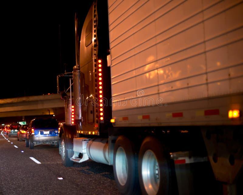 有收帆水手拖车移动的大半船具卡车在夜路 免版税库存图片