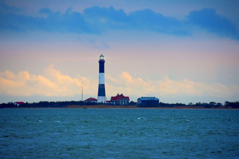 有放光的光的法尔岛灯塔在长岛海湾,纽约 免版税库存照片