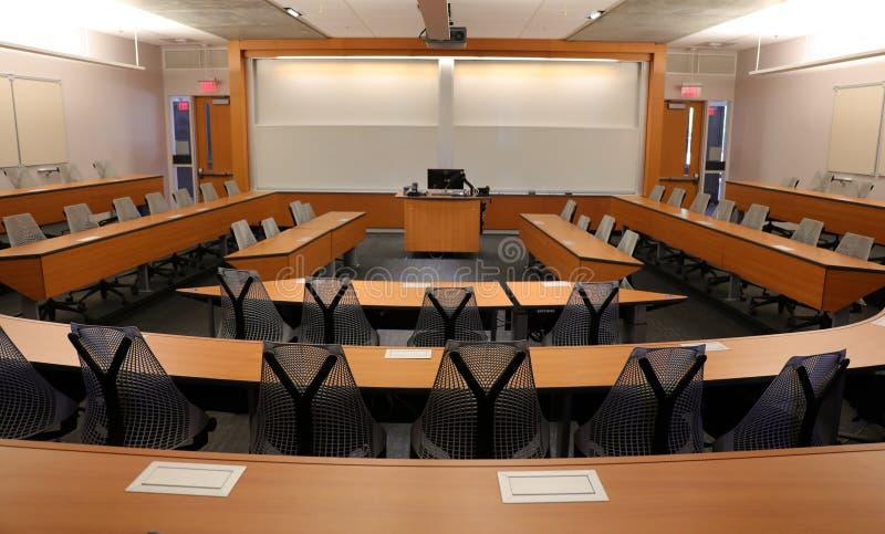 有放映机&黑屏的空的教室 免版税库存图片