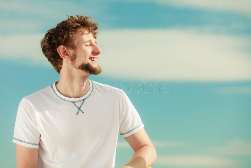 有放松呼吸的新鲜空气的闭合的眼睛的人 库存图片