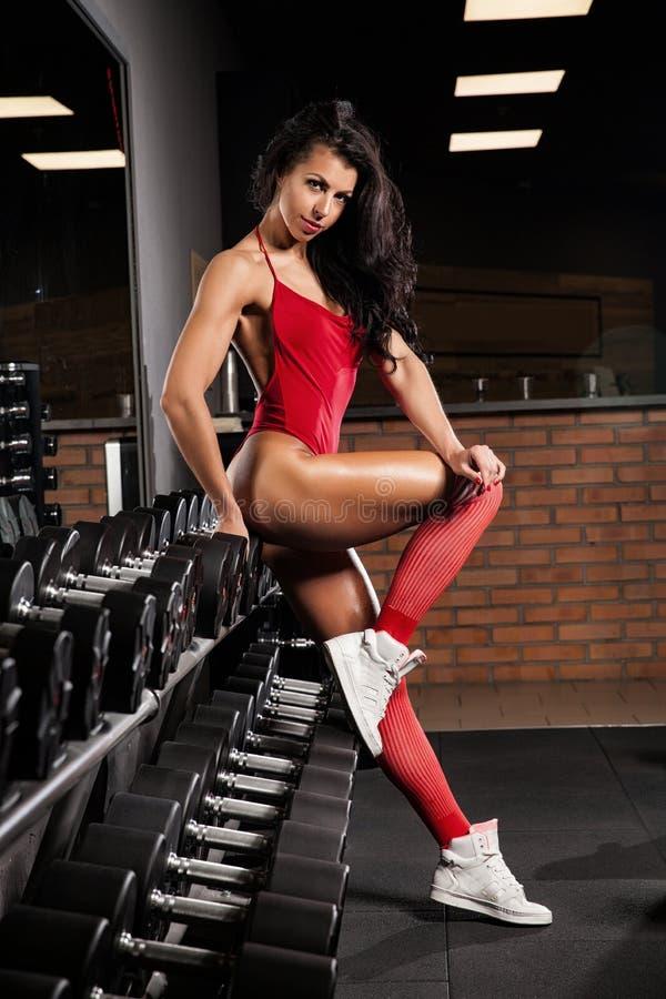 Download 有放松在健身房的毛巾和振动器的健身女孩 库存图片. 图片 包括有 放血, bothy, 耳机, 健康, 肌肉 - 72367015