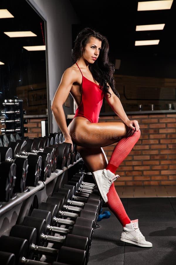 Download 有放松在健身房的毛巾和振动器的健身女孩 库存图片. 图片 包括有 追求, 喘息, 运动员, 爱好健美者, 耐力 - 72367689