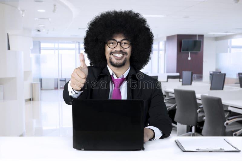 有放松在办公室的膝上型计算机的非裔美国人 免版税库存图片