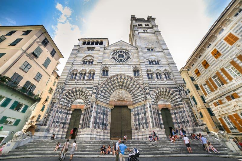 有放松在台阶的人的热那亚-圣劳伦斯湾大教堂 免版税库存照片