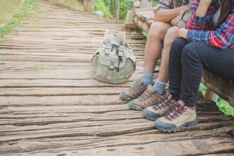 有放松在山和享用顶部的背包的远足者 库存图片