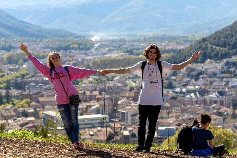 有放松在山顶部和享受谷的看法背包的徒步旅行者 库存照片