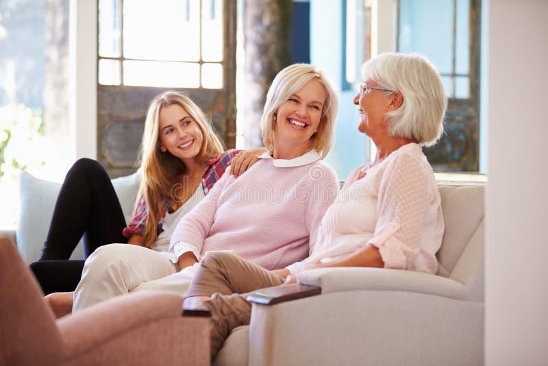 有放松在沙发的母亲和成人女儿的祖母 库存照片
