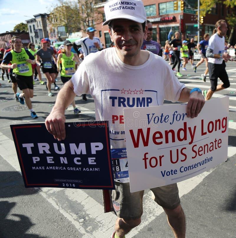 有政治标志的王牌支持者运行在纽约马拉松 免版税图库摄影
