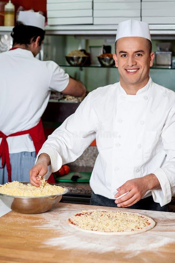 有效地工作在厨房里的男性厨师 库存照片