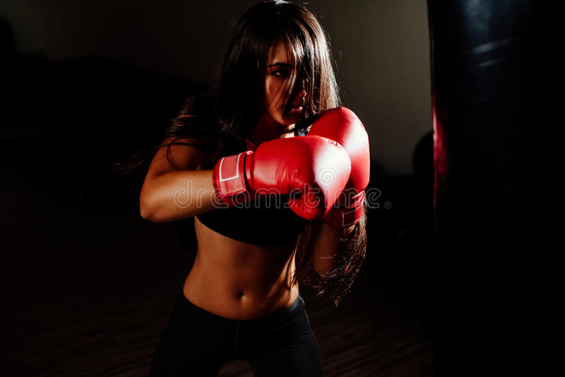 有效地猛击性感的战斗机的女孩 免版税图库摄影