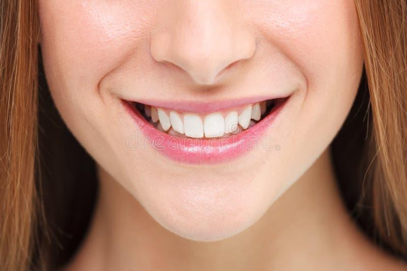 有效的美丽的新健身女孩女孩愉快的查出的人人员俏丽的微笑微笑的青少年的少年妇女的妇女 漂白概念的牙 库存照片