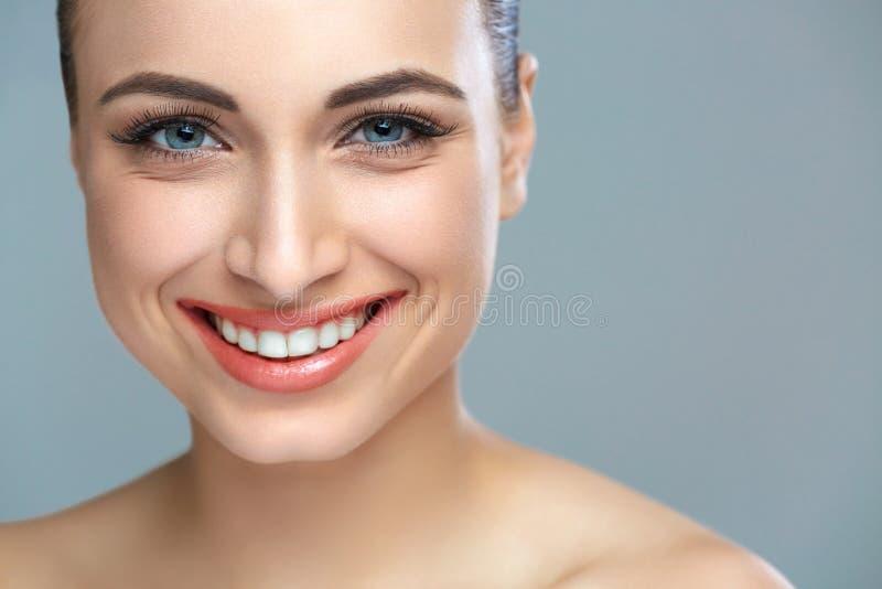 有效的美丽的新健身女孩女孩愉快的查出的人人员俏丽的微笑微笑的青少年的少年妇女的妇女 漂白的牙 牙齿保护 免版税库存照片