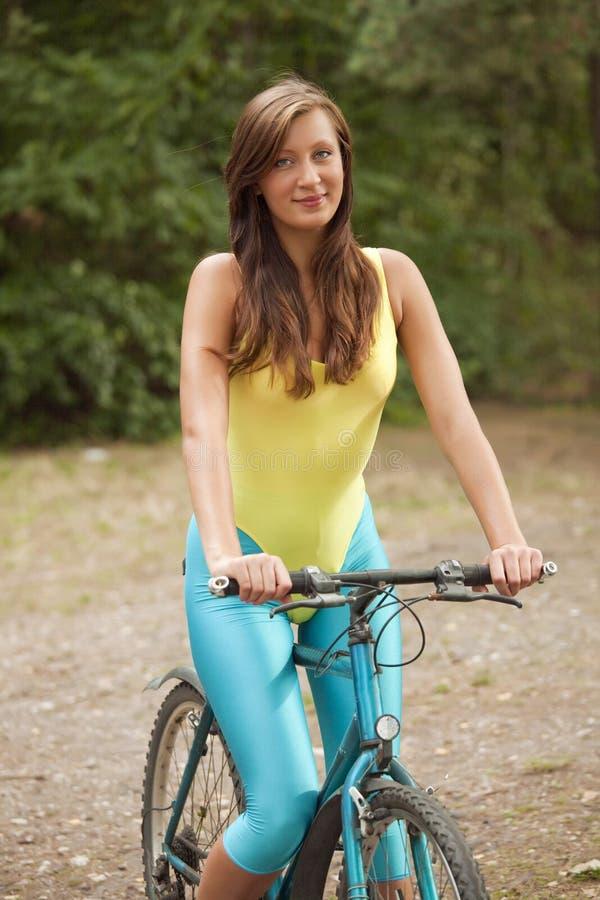 有效的自行车妇女 图库摄影