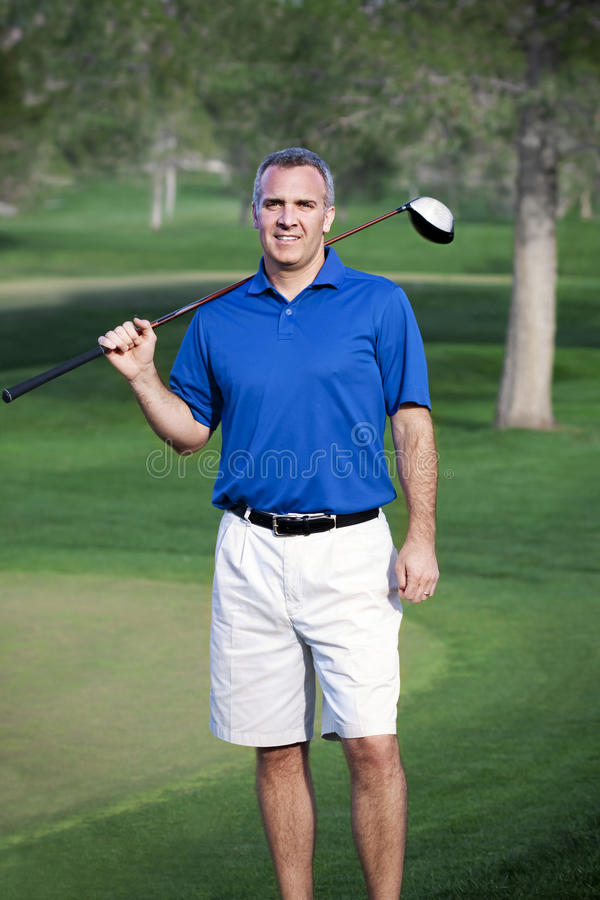 有效的高尔夫球运动员男性成熟纵向 免版税库存照片