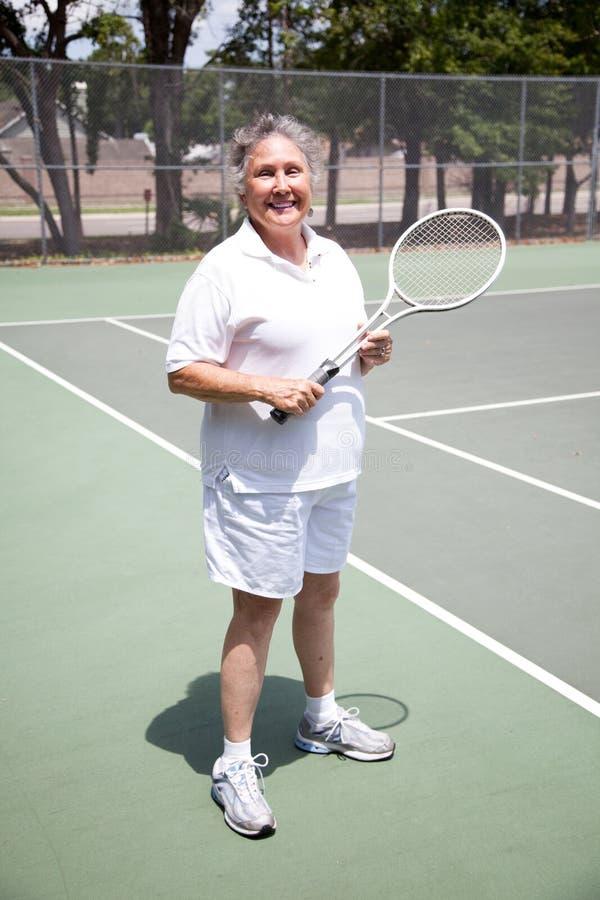 有效的高级网球妇女 库存图片