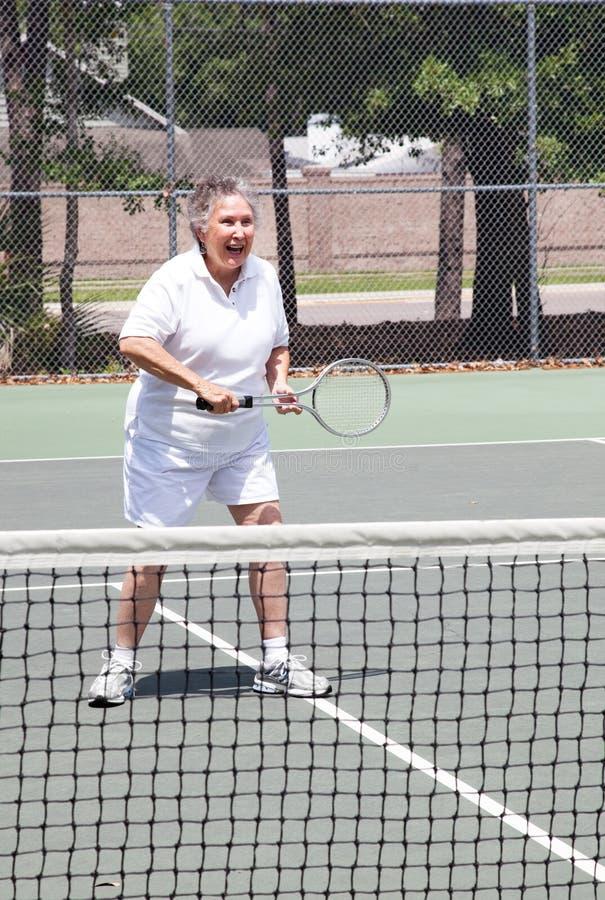 有效的高级网球妇女 免版税库存图片