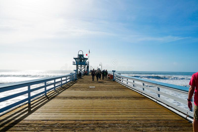 有救生员塔的圣克莱芒特码头冲浪者的 免版税图库摄影