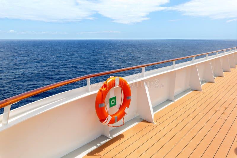 有救生圈和蓝色开放海洋的游轮甲板 免版税库存图片