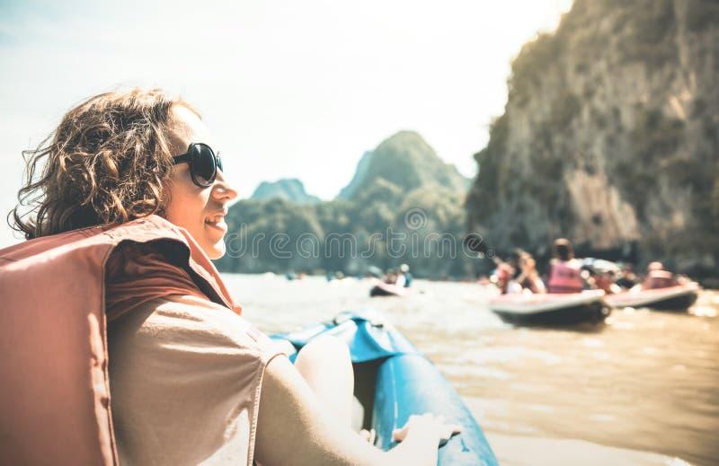 有救生衣的少妇旅客享受在湖的日落 免版税库存图片