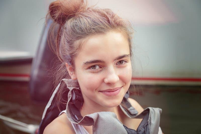 有救生衣的微笑的十几岁的女孩 免版税库存图片