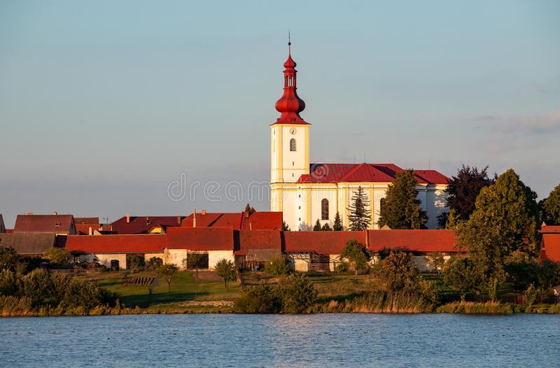 有教会和房子的典型的漂泊村庄有红色屋顶的 免版税库存图片