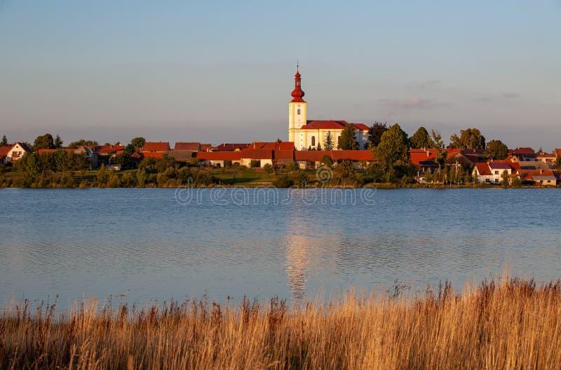有教会和房子的典型的漂泊村庄有红色屋顶的 库存照片