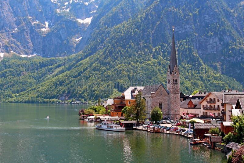 有教会和湖的著名奥地利村庄Hallstatt 免版税图库摄影