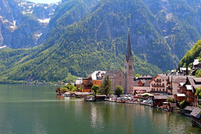 有教会和湖的著名奥地利村庄Hallstatt 库存图片