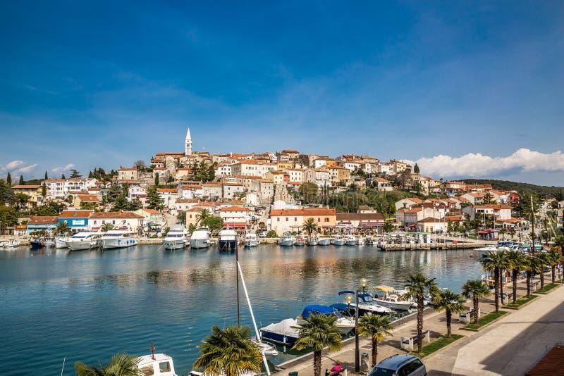 有教会塔Istria的,克罗地亚Vrsar村庄 库存照片